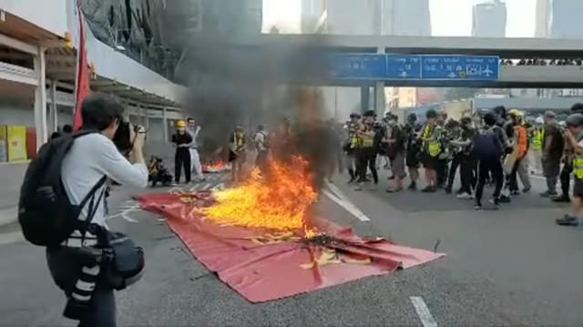 Ai đứng sau thổi bùng mâu thuẫn ở Hồng Kông?