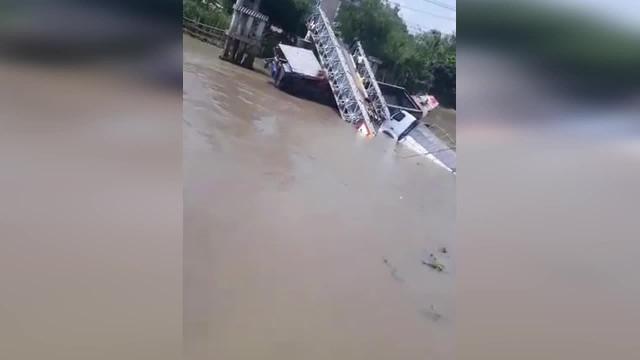 Sập cầu Tân Nghĩa ở huyện Cao Lãnh, Đồng Tháp