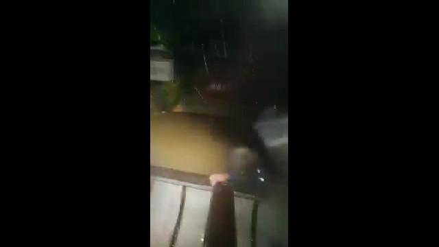 Một cụ già bị liệt được đưa đi sơ tán trong đêm