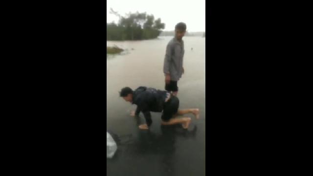 Thừa Thiên-Huế: Sản phụ bị lũ cuốn trên đường đi sinh con