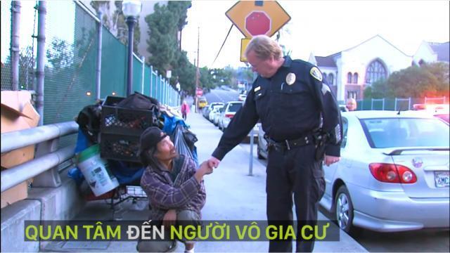 Những hành động của cảnh sát làm người dân ấm lòng