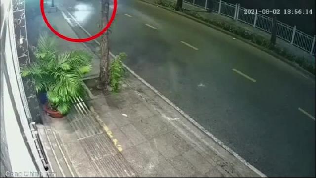 Clip thượng úy công an mất lái, đâm vào nhà dân truy đuổi người ra đường sau 18h