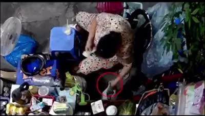 Người phụ nữ xúi con lấy trộm tiền của bà cụ
