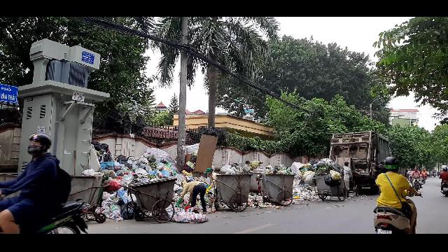 Chặn xe vào bãi rác Nam Sơn: Rác ùn ứ trên đường ở Hà Nội