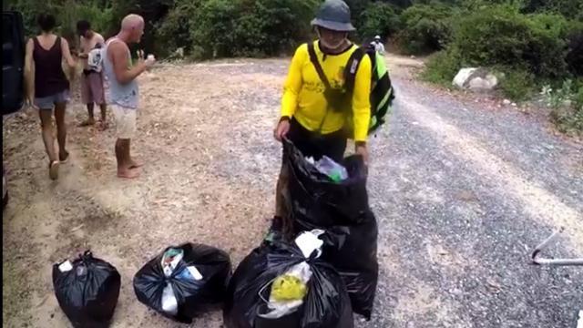 Du khách nước ngoài ngưng tham quan để dọn rác ở vườn quốc gia Núi Chúa