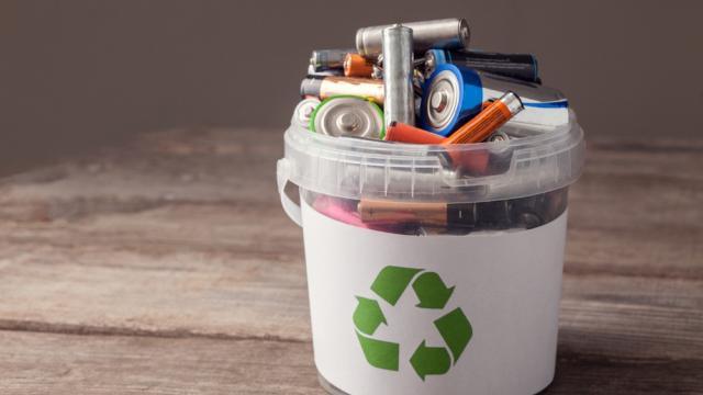 Vì sao không được vứt pin đã qua sử dụng vào thùng rác