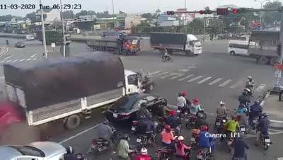 Container đâm vào đoàn người đang chờ đèn đỏ