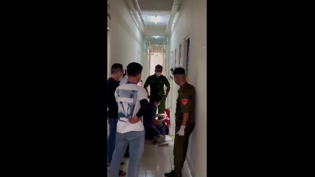 Người phụ nữ bị công an, cảnh sát cơ động cưỡng chế đi test covid-19-binh-duong