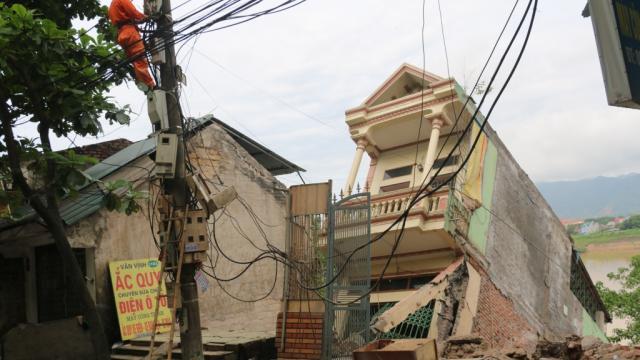 Hàng loạt ngôi nhà sạt lở xuống sông Đà