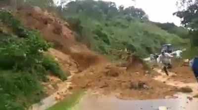 Sạt lở núi kinh hoàng trên quốc lộ 40B: