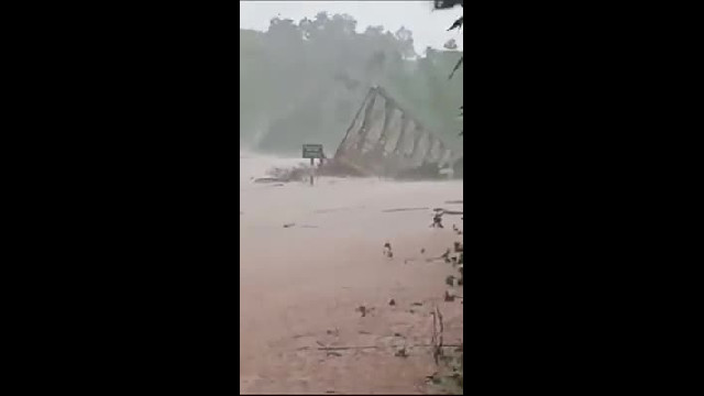 Cây cầu ở Kontum bị cuốn trôi