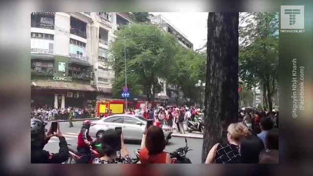Khói bốc lên từ Vincom Center Đồng Khởi, hàng trăm người bỏ chạy