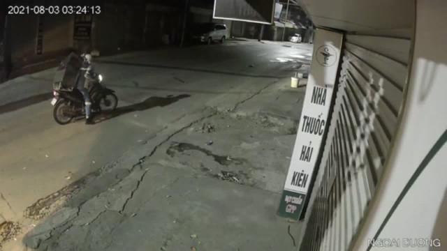 Nữ lao công van xin nhóm cướp xe máy trong đêm