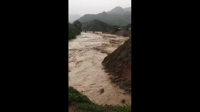Nước lũ trên sông chảy qua huyện Nam Trà My (Quảng Nam)