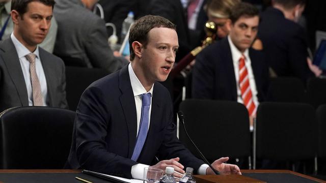 Zuckerberg vất vả để nêu danh 1 công ty cạnh tranh với Facebook