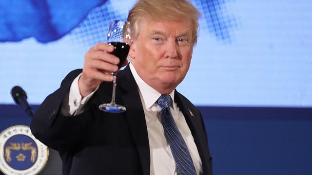 Tại sao ông Trump không bao giờ uống rượu?