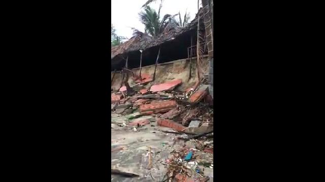 Người dân bật khóc sau bão số 13 ở bãi biển An Bàng (Hội An)
