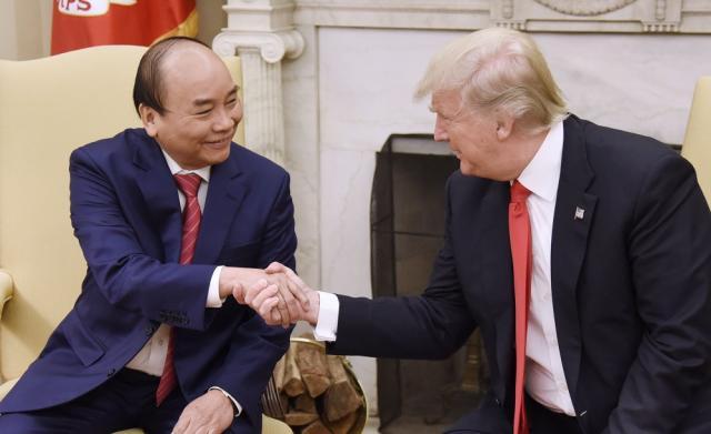 Trump ưu tiên 'người Mỹ trên hết', Việt Nam ưu tiên ai?