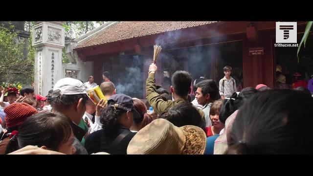 'Lối tắt' – Băng rừng, ném tiền, chen nhau cúng lễ ở lễ hội Đền Hùng