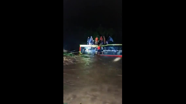 Quảng Bình: Giải cứu hành khách trên xe bị lũ cuốn (2)