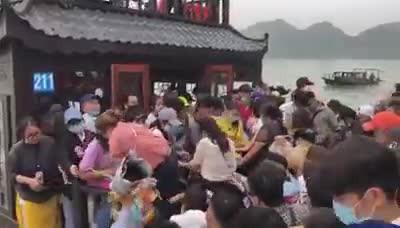 Cảnh chen lấn tại chùa Tam Chúc 14.3