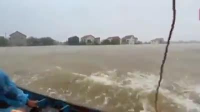 Quảng Bình thành biển: Nhóm từ thiện của ca sĩ Thủy Tiên vào cứu hộ người dân