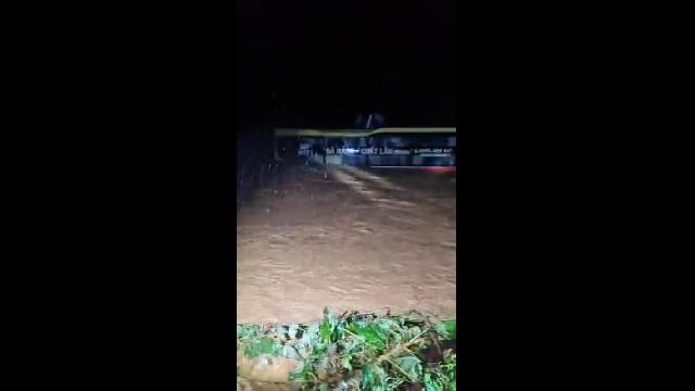 Quảng Bình: Thót tim cảnh giải cứu xe khách bị lũ cuốn trong đêm
