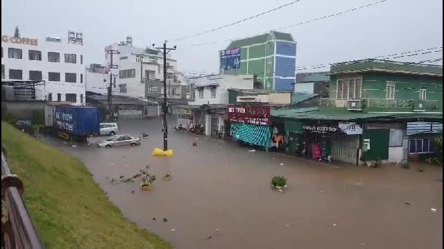 Bảo Lộc mưa lớn, phố biến thành sông